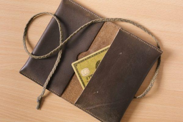 財布と金色のカード